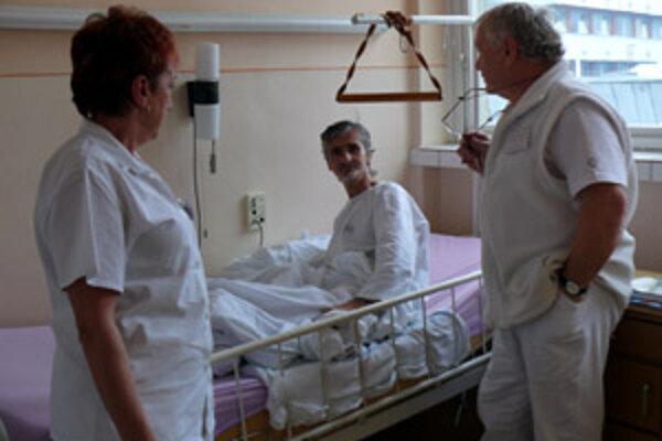 Primár traumatologického oddelenia Roman Jablonický (na snímke vpravo) hovorí, že pacientovs omrzlinami je tento rok mimoriadne veľa.
