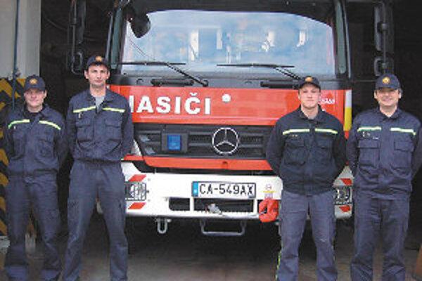 Hasiči z OR HaZZ v Čadci získali nové vozidlo Mercedes, ktoré budú využívať nielen pri požiaroch ale aj pri technických zásahoch.