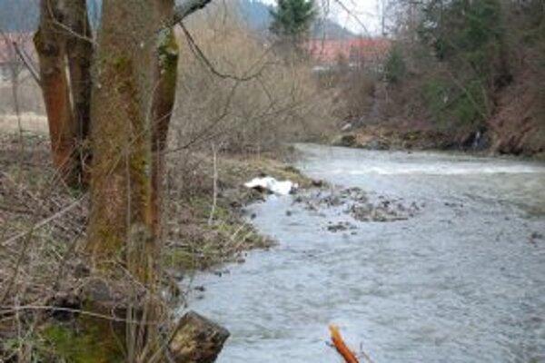 Telo štyridsaťjeden ročného Dušana vyplavila na breh voda z rieky Kysuca.