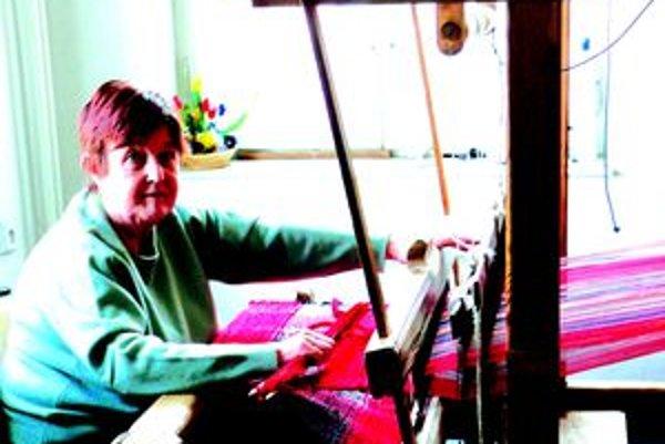Aj Gitka Šupolová sa už naučila zručne narábať s tkáčskym stavom.