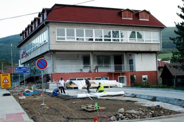 Robotníci pracujú v tomto období aj pri Obecnom úrade v Ráztočne.