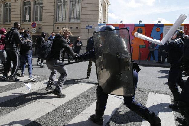 Mladí Francúzi sa opäť dostali do zrážok s políciou.