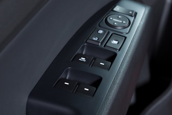 Ovládanie elektrických okien na Hyundai Sonata.
