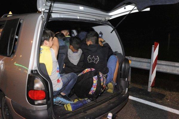 Mnohí z utečencov požiadali v Rakúsku o azyl, všetkých umiestnili v záchytných centrách tamojšej polície.