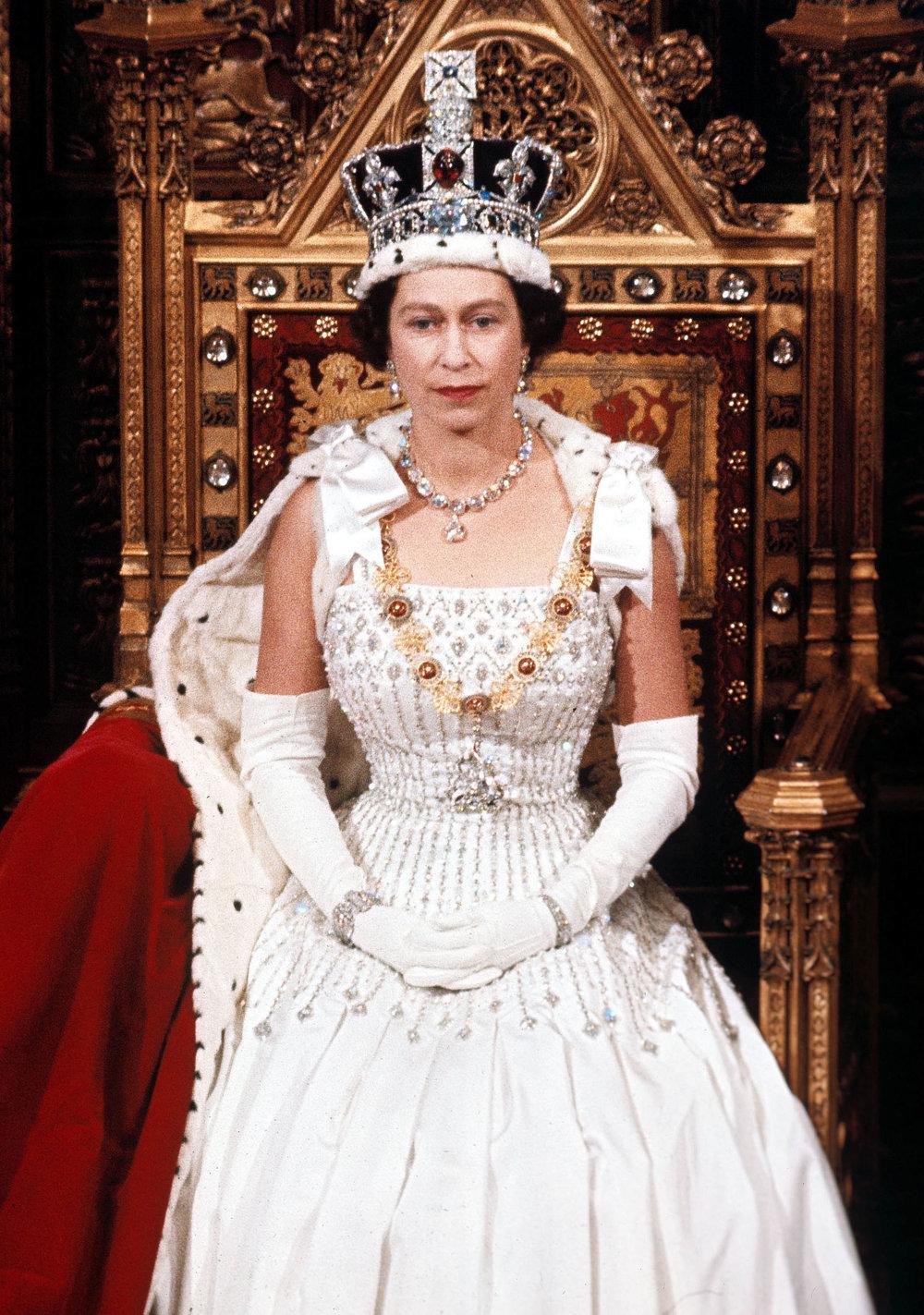V kráľovskej korune je vsadený aj slávny diamant Koh - i - noor. Korunovačné klenoty však na výstave nebudú.