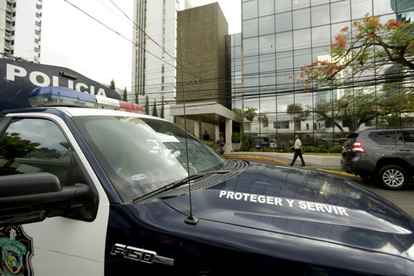 Polícia pred budovou právnickej kancelárie Mossack Fonseca v Panama City v utorok 12. apríla 2016 stráži miesto, kým prokuratúra dokončí prehliadku priestorov a zaistí dokumenty.