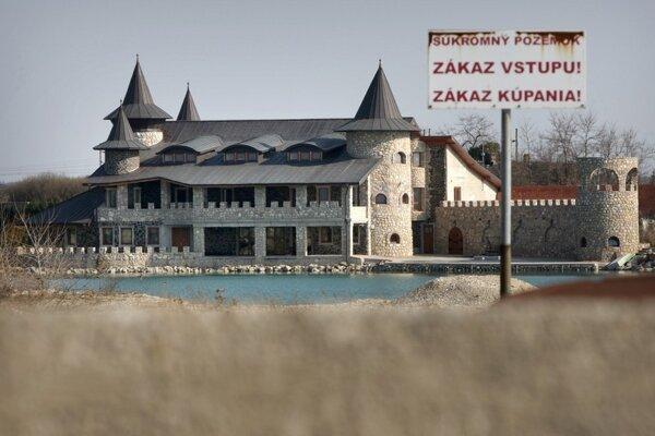Podnikateľ Cyril Talapka pochádzajúci z Kysúc je známy najmä pre medializáciu stavby pri obci Reca.