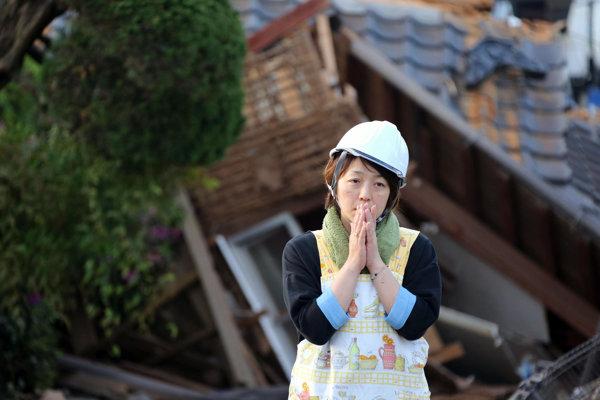 Obyvateľka Kumamota na mieste zemetrasenia.