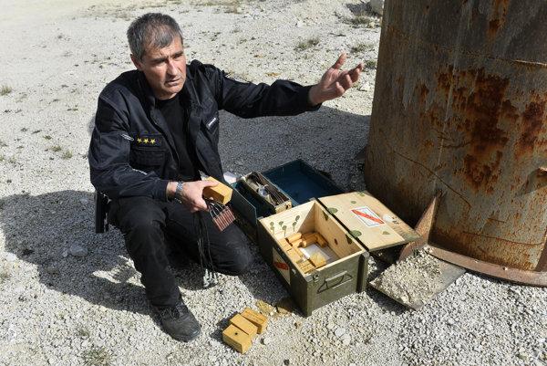 Pyrotechnik Ján Ochodnický ukazuje rozbušky počas likvidácie munície z druhej svetovej vojny.