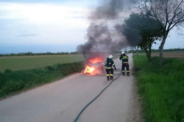 Auto na ceste za Cífer zhorelo do tla.