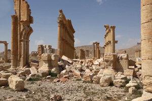Pohľad na poškodené starobylé ruiny v sýrskej Palmýre.