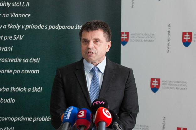 Minister školstva Plavčan počas brífingu k pochodu školských odborárov.