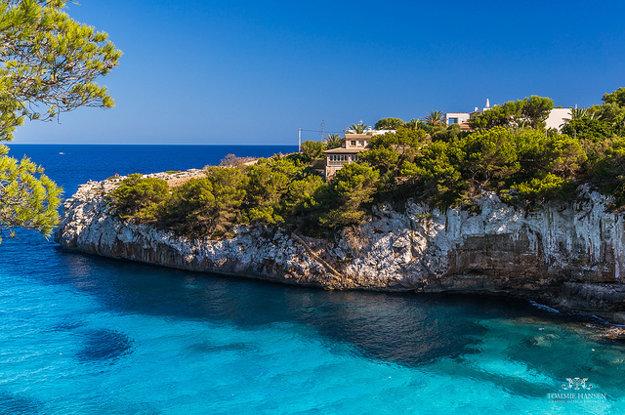 Zátoka Cala Llombards na juhovýchode ostrova Mallorca.