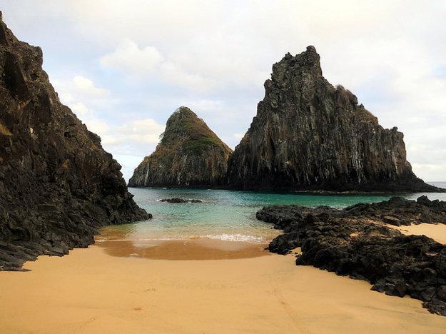 Morro Dois Irmãos (Skalní bratia) sú najznámejším miestom na brazílskom ostrove Fernando de Noronha.