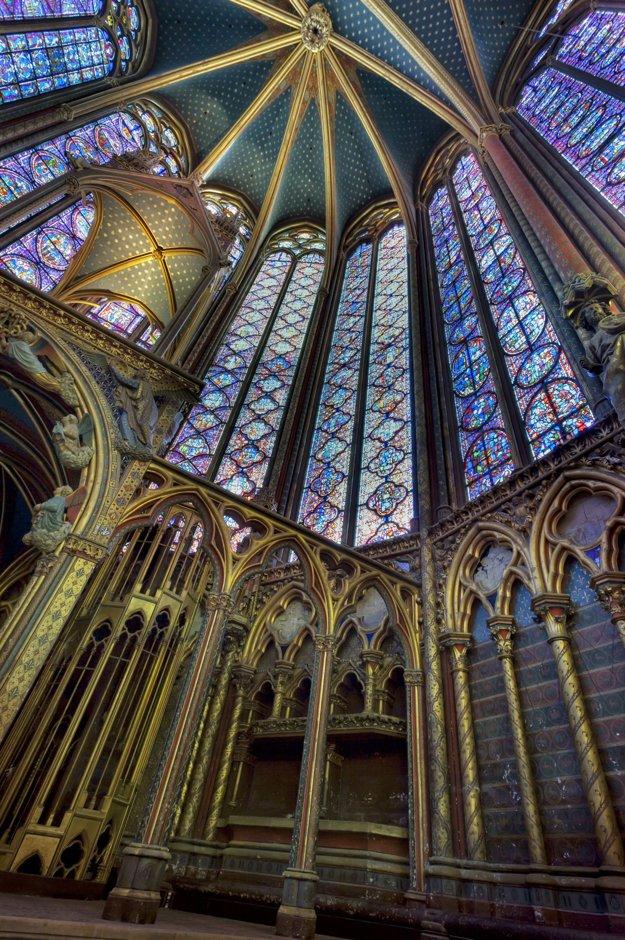 Interiér parížskej kaplnky Sainte-Chapelle.