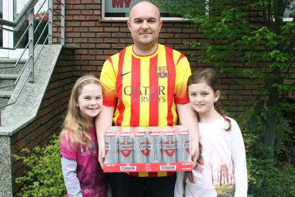 Kartón piva Corgoň si odniesol Slavo Kališ zo Šale. Prišiel aj s dcérami Emmkou a Veronikou.