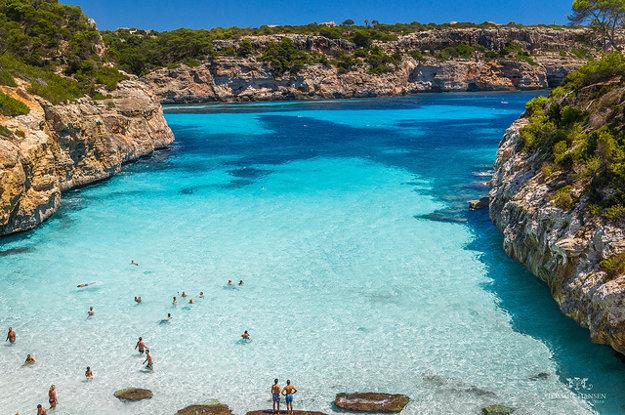 Pláž Calo des Moro obklopená skalami leží na juhovýchode Malorky, neďaleko od mestečka Santanyi.