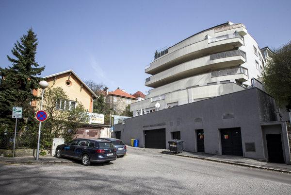 Spoločnosť Latem Trading, cez ktorú mali ísť pochybné prevody, sídli v obytnej budove na Šulekovej ulici (na snímke) neďaleko Bratislavského hradu.