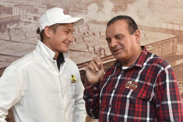 Majiteľ klubu Anton Fabuš (vpravo) sa rozpráva s hráčom Tomášom Bagim. Väčšina futbalistov Borčíc pracovala v mäsokombináte, ktorý Fabuš vlastnil.