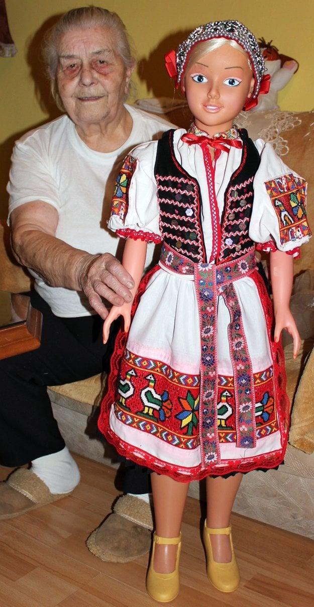 Ľudová umelkyňa zDolnej Poruby so svojim dielom.