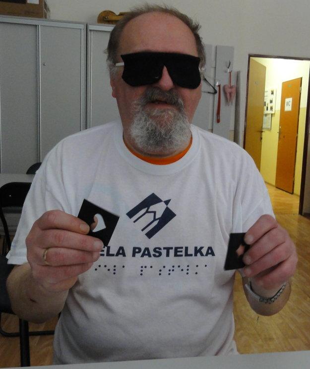 Josef Zbranek ukazuje karty pre nevidiacich.