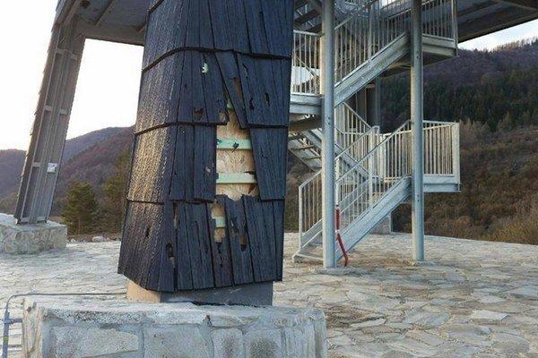 Vandali zničili drevené obloženie.