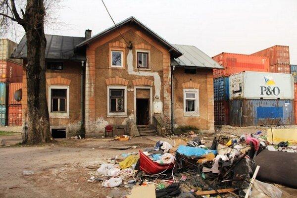 Jedna zo zničených bytoviek.