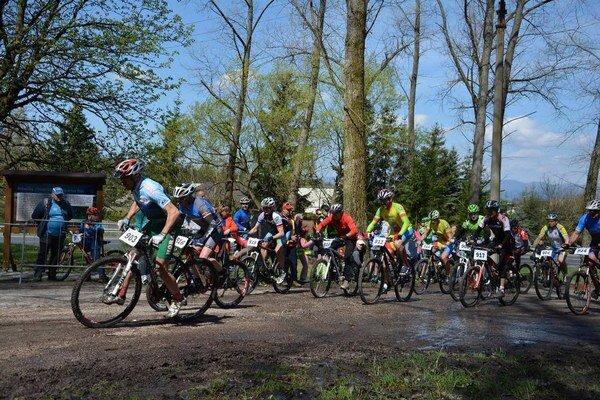 Na štart prvých pretekov seriálu Župatour prišlo 120 cyklistov.