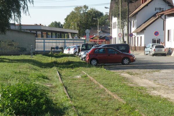 Parkovisko bude v budúcnosti na mieste, kde je dnes ešte železničná koľaj.