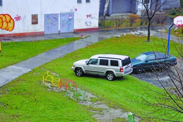 Bežná realita na Linčianskej, často sa tu parkuje na zeleni či na ihrisku.