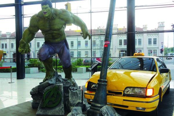 """Hneď pri vchode je obrovský Hulk s taxíkom """"narazeným"""" do lampy."""