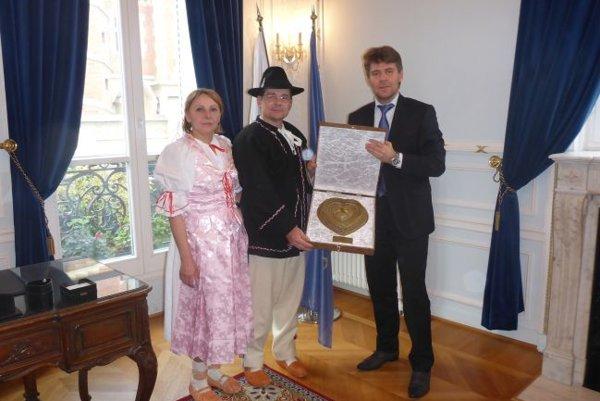 Veľvyslancovi Marekovi Eštokovi daroval veľké drôtené srdce, ktoré tak v Paríži našlo  svoj nový domov