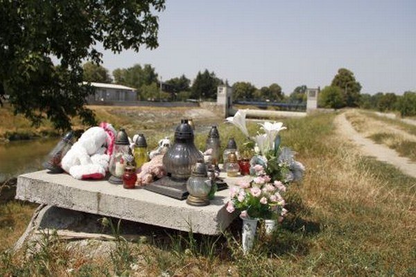 Šachtu prekryli po tragédii betónovou platňou.