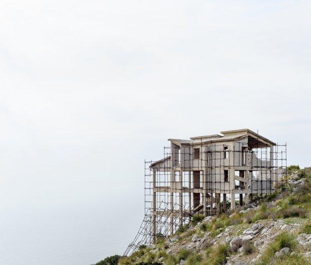 Impérium prachu. Séria fotografií vznikla na juhu Talianska, kde finančná kríza a rozkrádanie verejných peňazí vytvorili architektonickú estetiku neúplnosti.