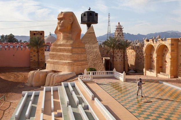 Aj toto je Egypt? Velikášske zameranie sa na cestovný ruch na Sinai rozbil pôvodné kultúrne väzby a životný štýl miestnych obyvateľov. Po štátnom prevrate a útokoch teroristov preto región čelí množstvu problémov.