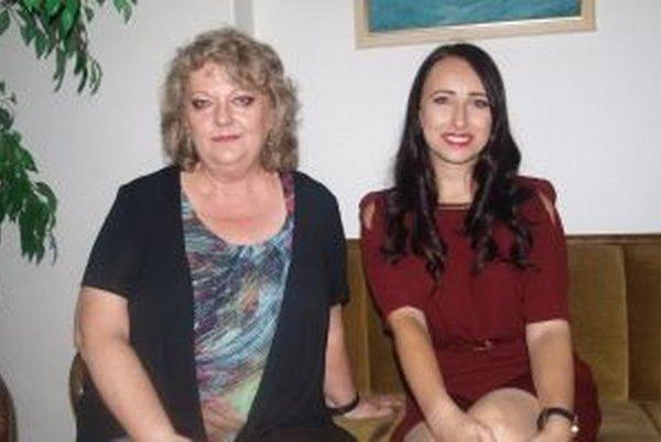 Jazykovedkyňa Sibyla Mislovičová s moderátorkou podujatia – tlmočníčkou a prekladateľkou Dominikou Tekeliovou.