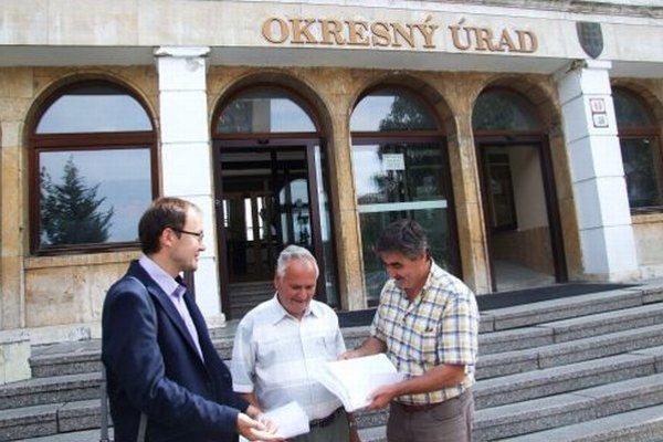 Pripomienky priniesli na okresný úrad zľava Juraj Matejka, Pavol Civáň a Pavel Varga.