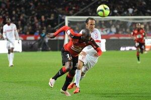 Domáci Giovanni Sio zabezpečil aspoň bod pre Rennes. Na snímke uniká skúsenému veteránovi Ricardovi Carvalhovi.
