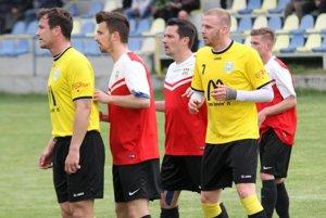 O výsledku zápasu rozhodol Vladimír Tirpák (stojí celkom vľavo).
