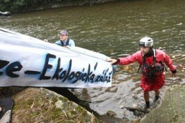 Aktivisti splavom Hrona bojujú za zachovanie živej rieky.
