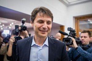 Primátor Ivo Nesrovnal, poslanci ho žiadajú o stopnutie konkurzov.