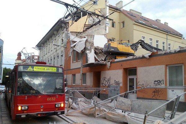 Na ulici 29. augusta v Bratislave spadlo lešenie.