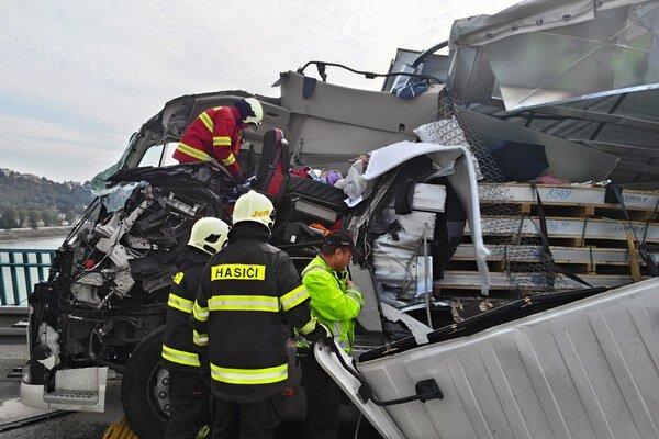 Dopravná nehoda dvoch nákladných áut na moste Lafranconi v smere z Petržalky.