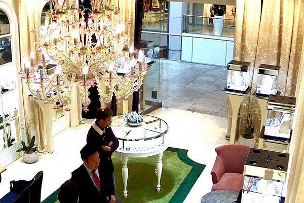 Muži podozriví z krádeže luxusného diamantového prsteňa.