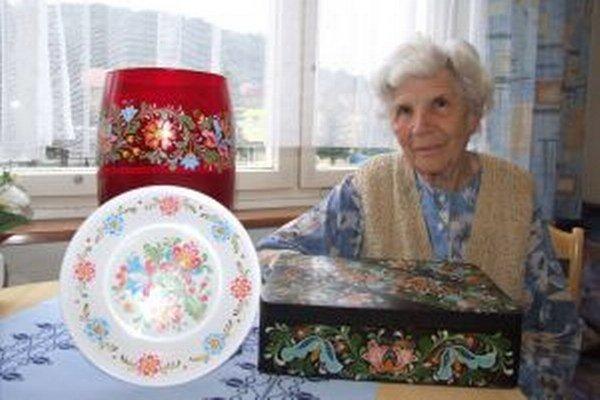 Svoju prvú maľovanú krabicu má Helena Veltyová dodnes. Ukázala nám aj vázu a tanierik, ktoré vyzdobila v ostatnom období.