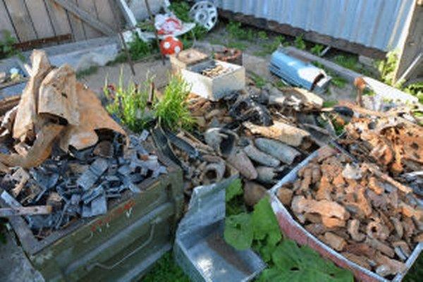 Kovové zvyšky munície zbieral Rudolf v okolí trhacej jamy asi dva roky.