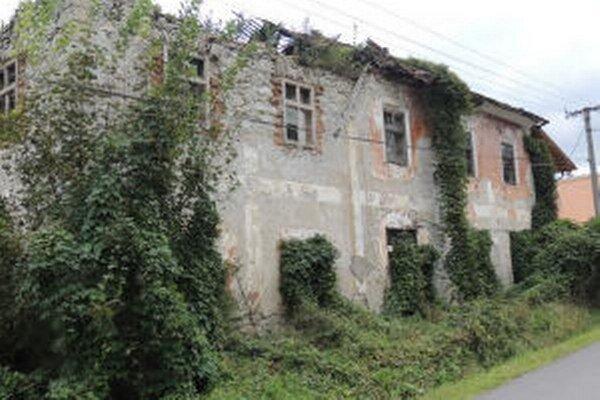 Z pôvodného komplexu sklárskej fabriky sa zachovali len dve budovy a sídlo jej majiteľa Vincenta Ružičku, nazývané Hendel. Dnes je z neho ruina.