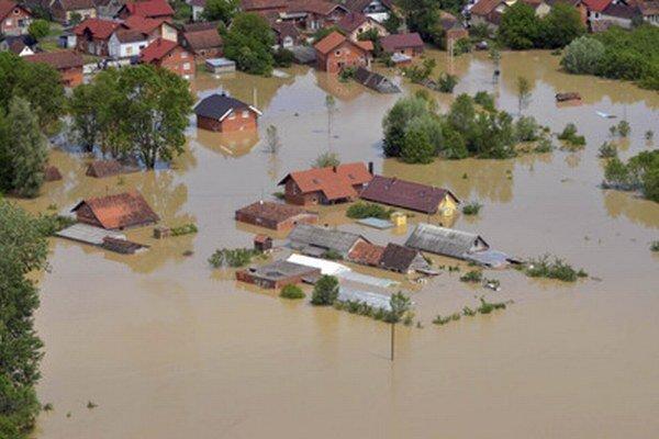 Srbsko a Bosnu a Hercegovinu zasiahli nedávno najhoršie záplavy za posledných 120 rokov. Ani po opadnutí povodňovej vlny problémy obyvateľov neustávajú.