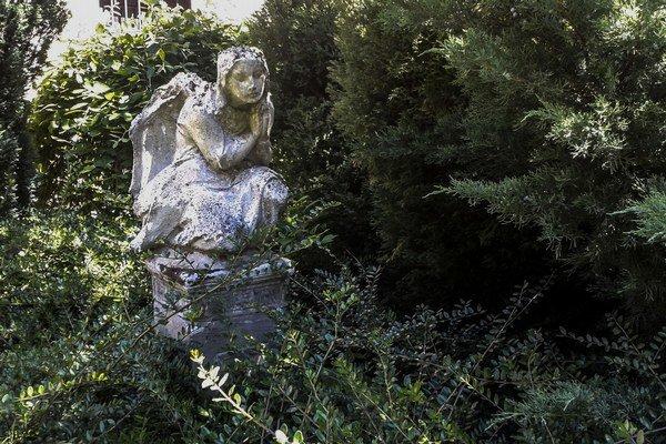 Socha v Prepoštskej záhrade na Kapitulskej ulici.