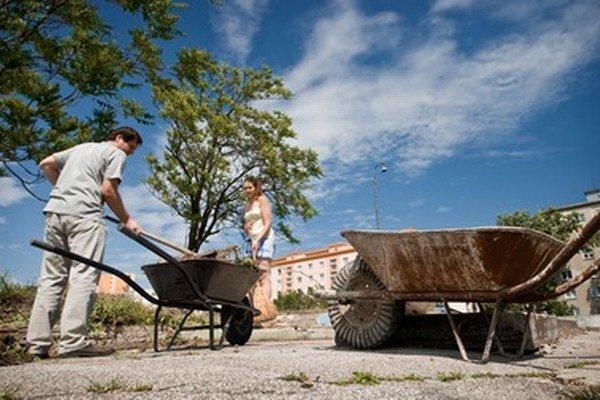 Dobrovoľníci počas minuloročného podujatia Naše Mesto.